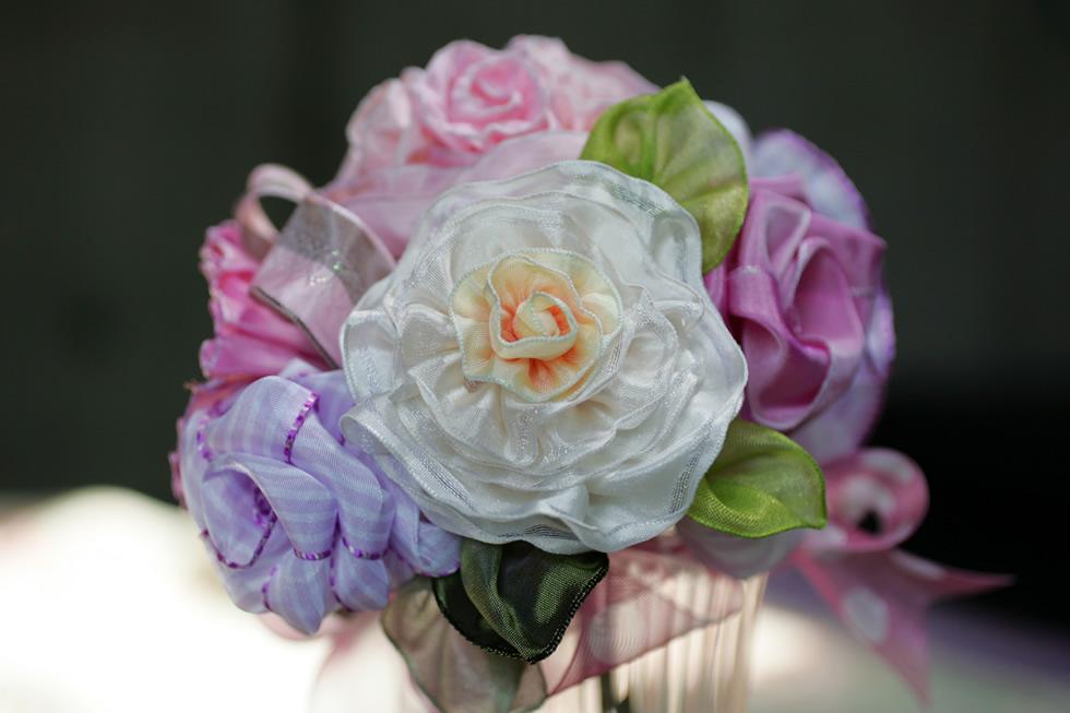 花心にバラの香りをしのばせたフランス製のワイヤーエッジリボンで作るリボンローズ